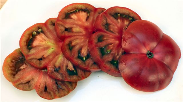 Differences Between Heirloom & Hybrid Tomatoes